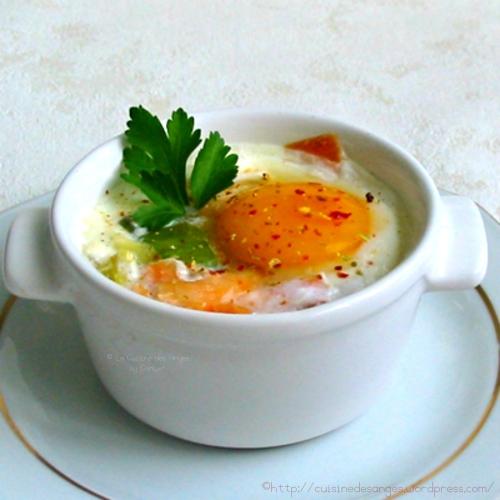 recette économique d'oeuf cocotte sur fondue de poireaux et saumon fumé, cuisson lente, à la casserole