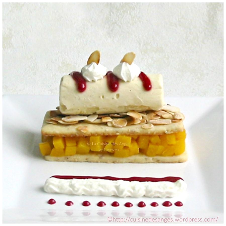 recette de dessert glacé, pêche melba à base de pêches pochées, de glace à la vanille, de coulis de framboises et d'amandes effilées