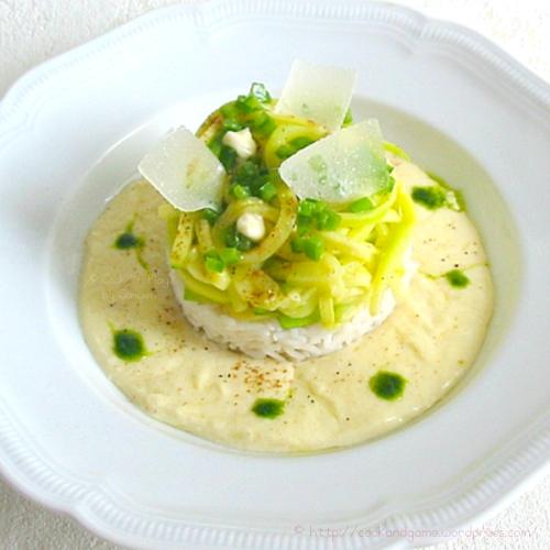 Courgettes sautées à la noix de muscade et au beurre sur un lit de crème au parmesan et camembert