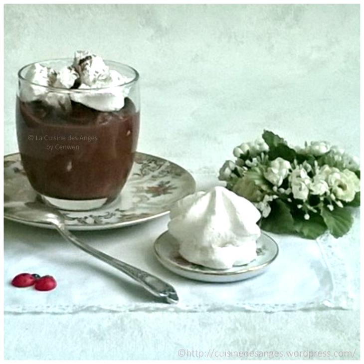 recette de dessert, crème au chocolat avec de la crème et des morceaux de meringue