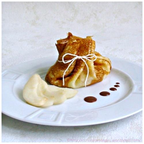 Recette de crêpes à la vanille, garnie de poires et servies avec une sauce au chocolat