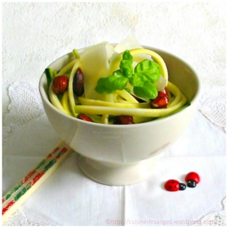 recette d'entrée, de salade à base de courgettes crues, de noisettes et de copeaux de parmesan avec une vinaigrette à l'huile de noisettes et au vinaigre de noix