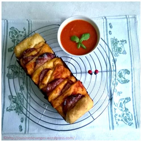 recette de pizza maison, pizza à effeuiller à la sauce tomate, au chorizo et à la mozzarella
