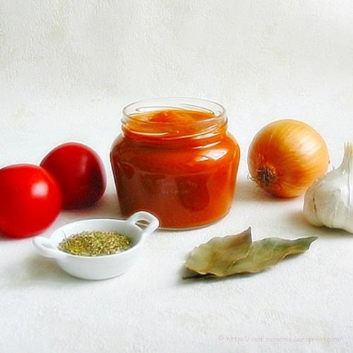 Recette de base de la sauce tomates maison, économique à base de tomates, oignon, ail, herbes de Provence