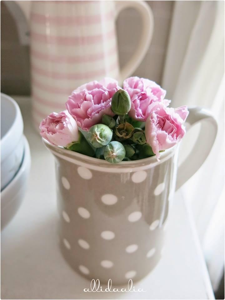 Petit bouquet de roses dans une tasse