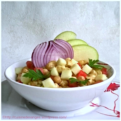 Recette économique, curry de pois chiches avec du lait de coco, de la pomme verte, des tomates et de l'oignon rouge