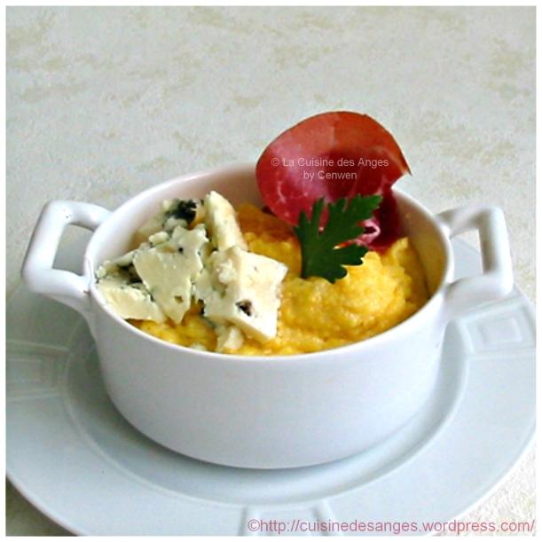 Recette économique et facile de polenta cuite au lait, à servir avec du Roquefort et du jambon fumé