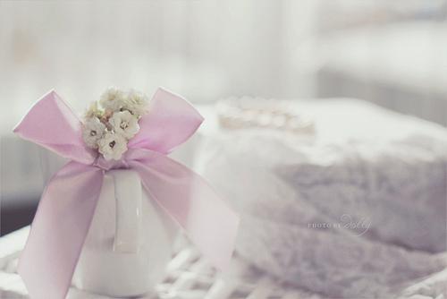 bouquet de petites fleurs blanches dans un pichet en porcelaine