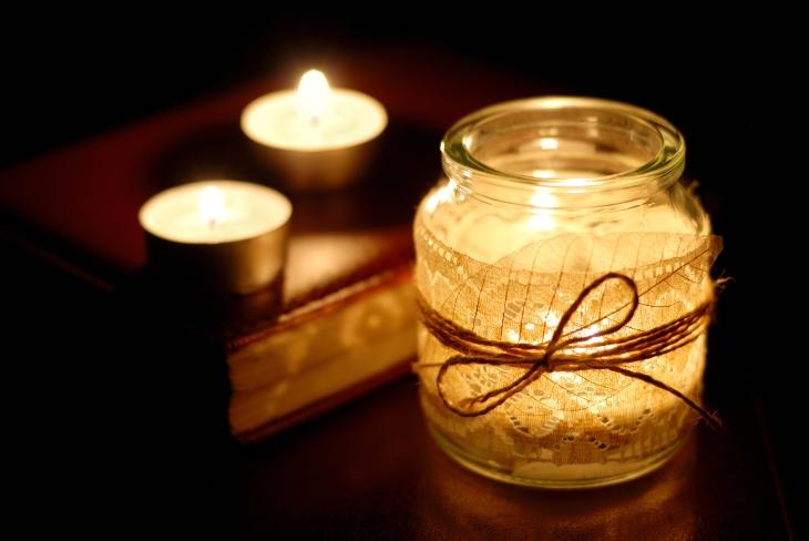 bougies éclairées et photophores