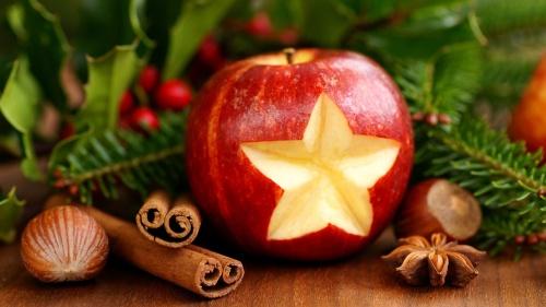 Pommes et bâtons de cannelle