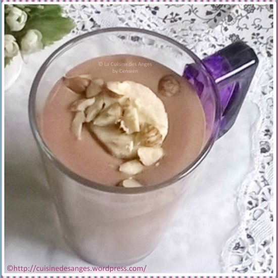 recette de smoothie ou milk-shake à la banane, avec du cacao, du tofu soyeux et du lait de soja