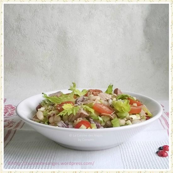 recette de salade composée avec des haricots blancs, des dés de céleri branche, des tomates cerises et du thon