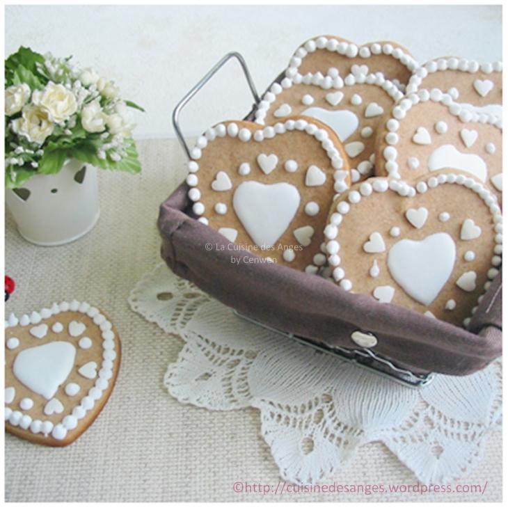 Sablés en forme de coeur, saveur pain d'épices, glace royale