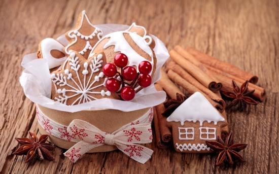 biscuits en forme de coeur, de boules de noël et de maisonnettes, saveur pain d'épices décorés au glaçage royal