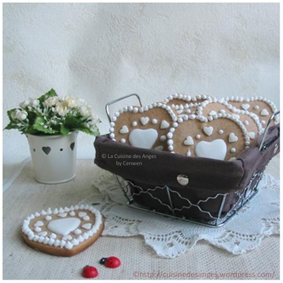 biscuits en forme de coeur, saveur pain d'épices décorés au glaçage royal