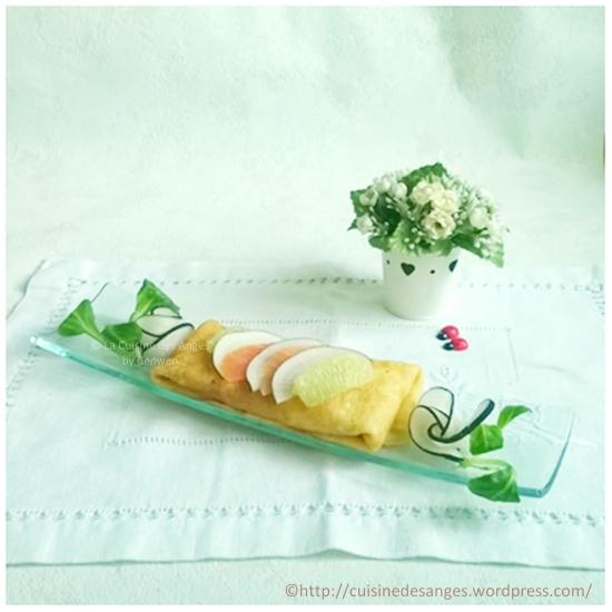 recette de crêpe salée, garnie de saumon fumé, radis noir, citron vert et fromage frais