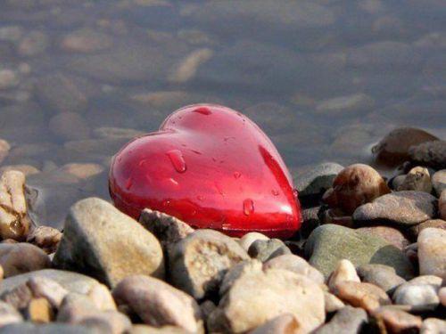 coeur rouge, pierres et eau